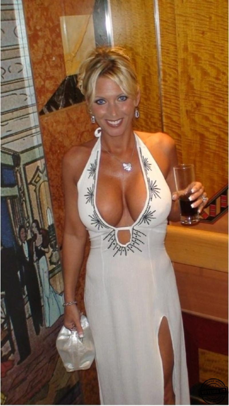 Busty blonde MILF revealing nice cleavage in skirt and boots № 10599  скачать