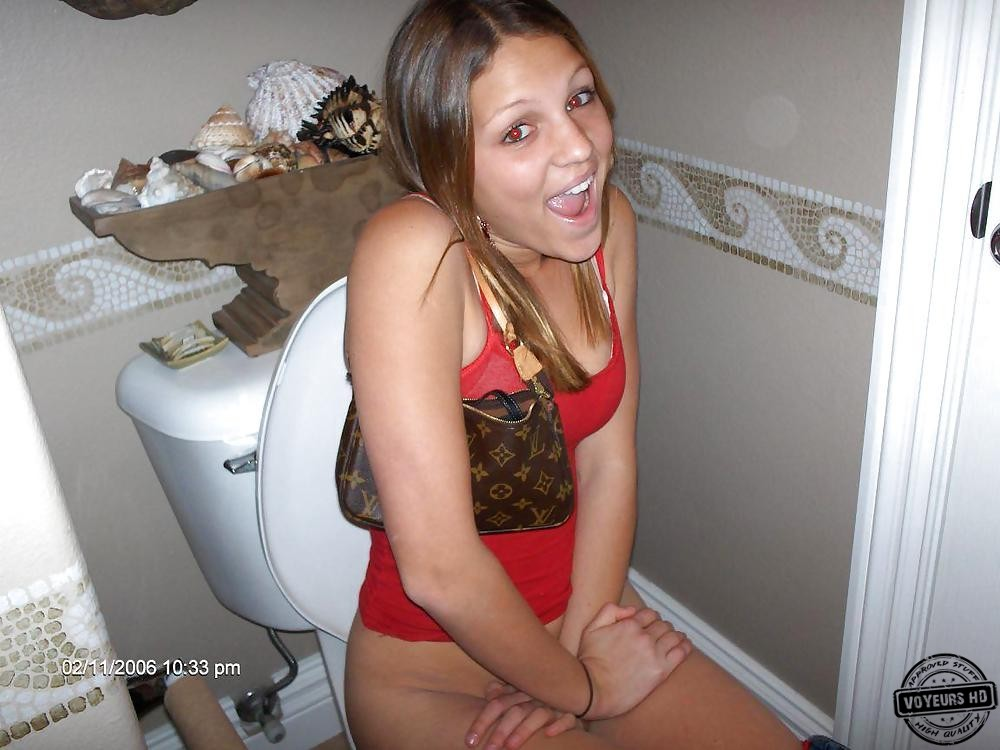Peeping in the toilet for the beauty with a posh ass 6