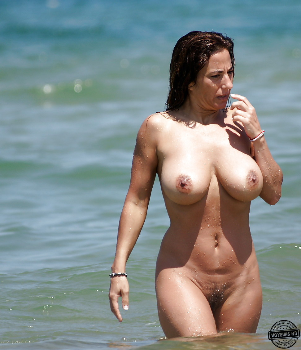 Milf With Big Tits At The Beach - Voyeur Videos-3392