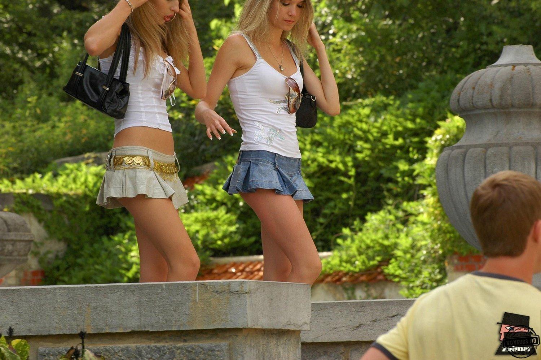 Фото девушки в парке в кожаной мини юбки 9 фотография