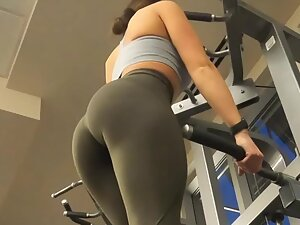 Looking at fit ass in the middle of workout