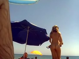 Nudist lady arrives to the beach