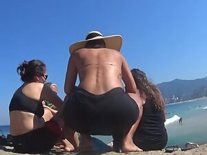 Thick milf gets a lot of attention on the beach