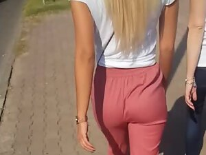 Hot booty wiggles sexily in loose pants