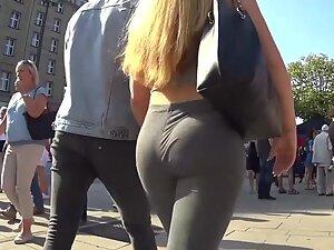 Fit ass cheeks bouncing in leggings when she walks fast