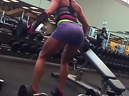 Muscular babe spied in the gym