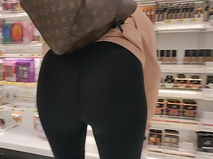 Thick ass made the thong vanish in it