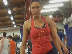 Sexy gym queen spied during workout