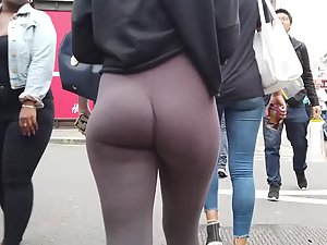Jiggling teenage butt looks perfect in tights