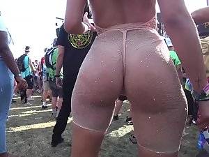 Rave girl's ass does the impossible twerk