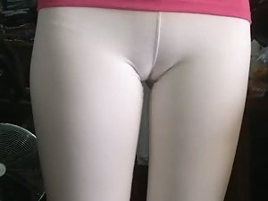 Insane cameltoe in white tights