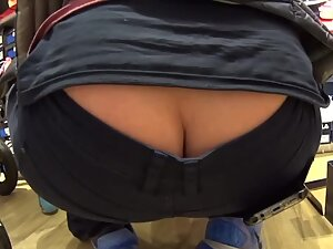Lots of hot butt crack is accidentally exposed
