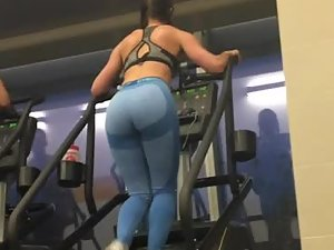 Gym voyeur peeps on sexy babe working out
