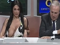News reporter shows boobs