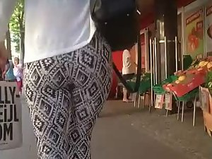 Hot ass wiggle in leggings with hypnotic pattern