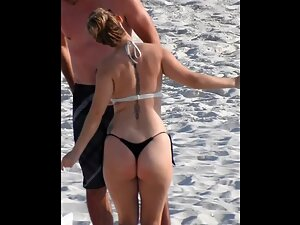 Thick booty does a sexy dance on beach