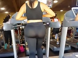 Wiggling big butt at the gym