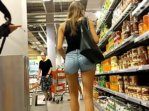 Hottie with tight little ass shops for food