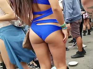Raver girl shakes her tight ass