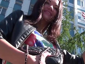 Talking to hot brunette to see in her upskit