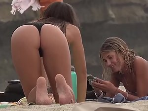 Voyeur caught young ass bending over on beach