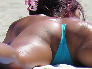 Fit milf's anus slips out of bikini during suntanning