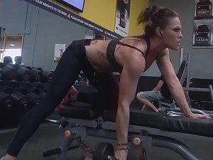 Peeping a sexy amazon girl in the gym