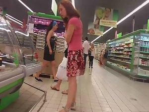 Upskirt of milf in supermarket